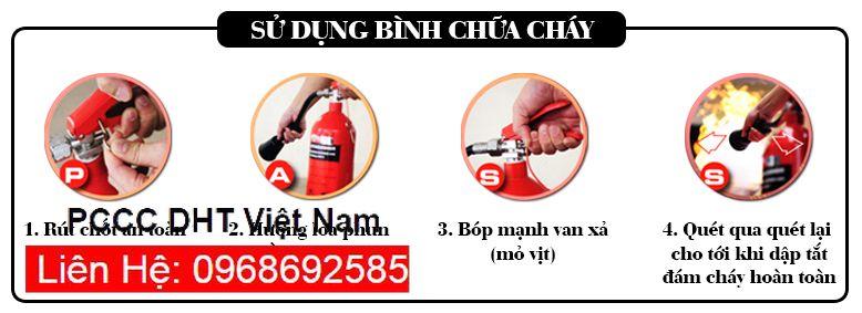 Nhân viên hướng dẫn sử dụng bình chữa cháy đúng cách