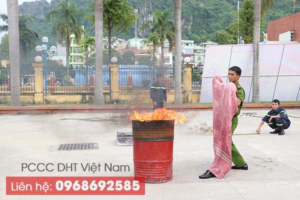 Sử dụng chăn chiên chữa cháy tại Phú Thọ để dập đám cháy