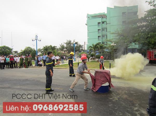 Tập huấn cách sử dụng chăn chiên chữa cháy tại Thái Nguyên.