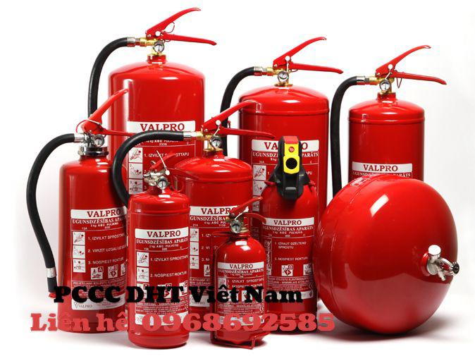 Vật dụng chữa cháy: bình chữa cháy và chuông báo cháy.